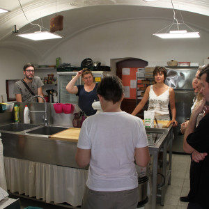 Pečení tradičního židovského cukroví v Třebíči